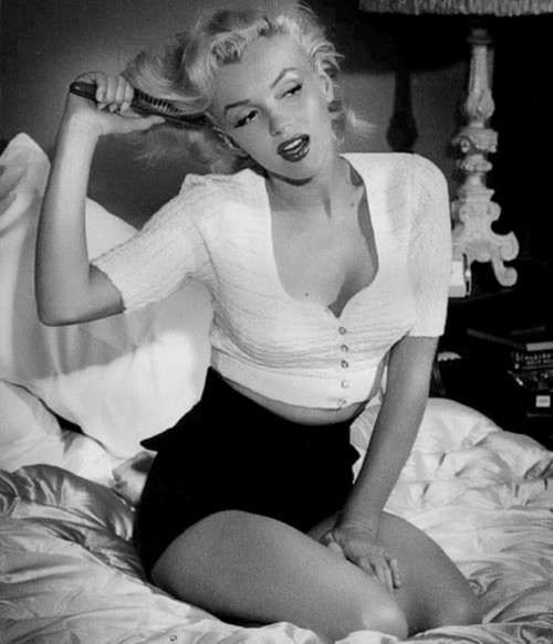 black-and-white-marilyn-monroe-sexy-favim-com-426488